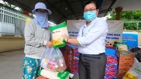 Chuyến xe gạo nghĩa tình của Báo SGGP tặng 4 tấn gạo đến người dân Thủ Đức, Bình Thạnh