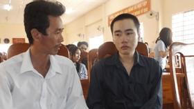 Bị cáo Phạm Văn Lên (áo đen - bìa phải)