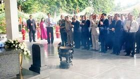 Các đại biểu thắp hương tưởng nhớ Cụ Phó bảng Nguyễn Sinh Sắc