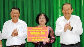 Phó Thủ tướng Trương Hòa Bình trao 200 triệu đồng tặng Quỹ Khuyến học quê hương Bác Tôn
