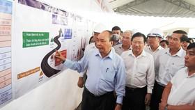 Thủ tướng Nguyễn Xuân Phúc cùng Đoàn công tác của Chính phủ đến kiểm tra tiến độ dự án cao tốc Trung Lương - Mỹ Thuận, sáng 8-3. Ảnh: VGP