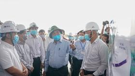 Thủ tướng Nguyễn Xuân Phúc kiểm tra tiến độ dự án cao tốc Trung Lương - Mỹ Thuận. Ảnh: VGP/QUANG HIẾU