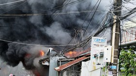 Cháy lớn, lan ra hàng chục căn nhà ở Rạch Giá