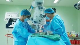 10 giờ căng thẳng phẫu thuật thành công khối u màng não lớn