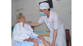 Phẫu thuật thay khớp háng thành công cho cụ bà 85 tuổi có nhiều bệnh nền