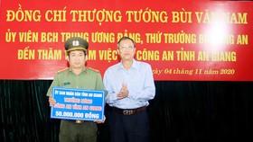Đồng chí Lê Văn Nưng, Phó Bí thư Thường trực TỈnh ủy An Giang trao thưởng nóng cho Công an tỉnh An Giang