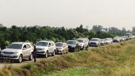 Nhiều xe đi vào đường nhánh dọc cao tốc Trung Lương – Mỹ Thuận nhằm tránh kẹt xe