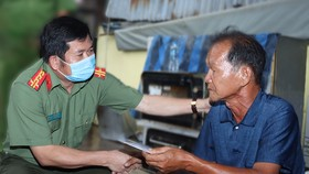 Đại tá Đinh Văn Nơi, Giám đốc Công an tỉnh An Giang đến thăm, động viên, hỗ trợ các gia đình bị cháy nhà ở TP Long Xuyên