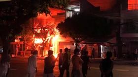 Ngọn lửa bùng phát, cháy lan qua 4 căn nhà lân cận