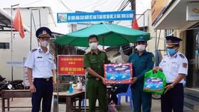 Bộ Tư lệnh Vùng Cảnh sát biển 4, tặng quà cho lực lượng phòng, chống dịch trên đảo Kiên Hải