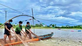 Công an tỉnh An Giang trao tặng nhu yếu phẩm cho người dân trong tỉnh