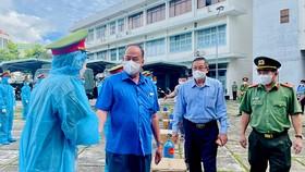 An Giang: Trao tặng 2.000 bình oxy cho khu điều trị và 50 tấn gạo giúp người dân khó khăn