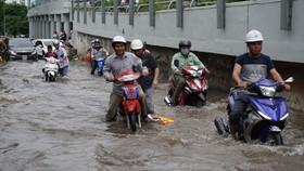 Đường Nguyễn Hữu Cảnh bị ngập sâu. Ảnh: Quốc Hùng