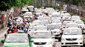 Phương tiện giao thông nối đuôi nhau qua khu vực phía trước sân bay Tân Sơn Nhất