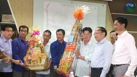Lãnh đạo TP tặng quà cho Ban lãnh đạo và công nhân viên bãi rác Đa Phước
