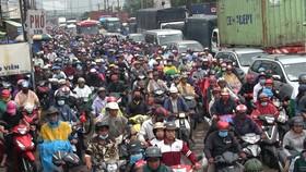 Khu vực ngã năm Đài liệt sĩ thường xuyên xảy ra kẹt xe. Ảnh: QUỐC HÙNG