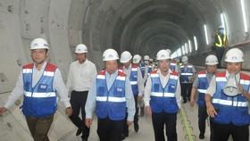 Phó Thủ tướng Phạm Bình Minh và Chủ tịch UBND TPHCM Nguyễn Thành Phong thị sát tuyến đi ngầm metro Bến Thành - Suối Tiên. Ảnh: CAO THĂNG