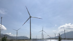 Thường trực Ban Bí thư Trần Quốc Vượng thị sát tiến độ dự án tổ hợp điện tái tạo Ninh Thuận