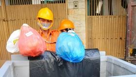 Thu gom rác thải phân loại tại nguồn ở quận 1. Ảnh: CAO THĂNG