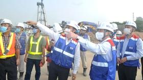 Chủ tịch UBND TPHCM Nguyễn Thành Phong thị sát công trình thi công ga Ba Son. Ảnh: CAO THĂNG