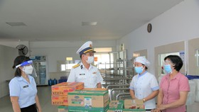 """Tổng Công ty Tân Cảng tặng quà động viên đội ngũ  cán bộ, công nhân thực hiện """"3 tại chỗ"""" trong sản xuất kinh doanh. Ảnh: CÔNG HOAN"""