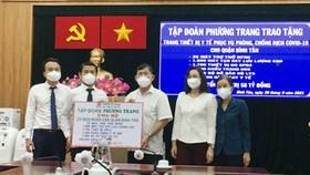 Tập đoàn Phương Trang trao tặng hàng ngàn trang thiết bị y tế hỗ trợ quận Bình Tân phòng, chống dịch Covid-19. Ảnh: QUỐC HÙNG