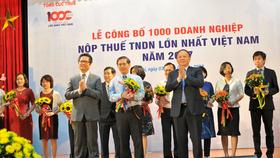 Đại diện MobiFone - ông Nguyễn Đình Chiến, thành viên HĐTV - nhận kỉ niệm chương doanh nghiệp nộp thuế TNDN lớn nhất Việt Nam 2017