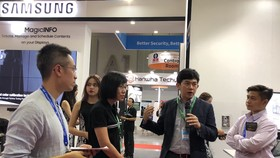 Đại diện Samsung giới thiệugiải pháp tại triển lãm