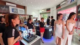 Từ sáng sớm, FPT Shop đã mở cửa giao máy cho khách