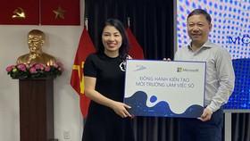 """Bà Phan Tú Quyên, Phó Tổng Giám đốc Microsoft Việt Nam cùng ông Dương Anh Đức, Giám đốc Sở TT-TT TPHCM trong chương trình """"Kiến tạo môi trường làm việc số"""""""