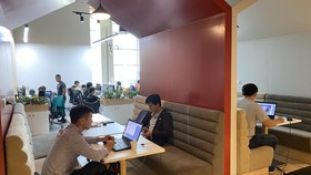 Một góc không gian làm việc mở ở VNG Campus