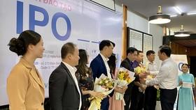 Đại diện Bộ KH-CN tặng hoa cho các giảng viên