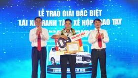 Ông Đặng Phước Thành - Chủ tịch HĐQT Vinasun Corp. và ông Đặng Thành Duy – Phó TGĐ Vinasun Corp., Chủ tịch HĐQT kiêm TGĐ Vinasun Green Taxi trao thưởng cho lái xe Nguyễn Thiêng