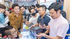 Các nghệ sĩ nhận iPhone 12 tại Minh Tuấn Mobile