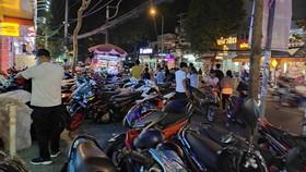 """Một bãi giữ xe lấn chiếm vỉa hè, """"chặt"""" khách hàng  trên đường Quang Trung, đoạn gần chợ Hạnh Thông Tây, quận Gò Vấp"""