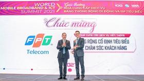 PTGĐ Chu Hùng Thắng (bên phải) đại diện FPT Telecom nhận giải thưởng