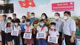 """Các em học sinh tại tỉnh Đồng Tháp nhận máy tính bảng từ dự án """"Máy tính tặng em"""" vào ngày 19-10 vừa qua"""
