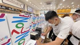 Nhân viên TopZone chuẩn bị iPhone 13 giao cho khách hàng