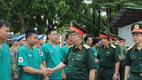 Thượng tướng Nguyễn Chí Vịnh trò chuyện cùng cán bộ, chiến sĩ