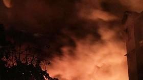 Lửa thiêu rụi 800m² kho dầu trong đêm
