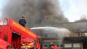 Cảnh sát PCCC nỗ lực phun nước chữa cháy