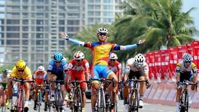 Pha ăn mừng chiến thắng của Nguyễn Tấn Hoài. Ảnh: NGUYỄN NHÂN