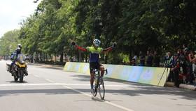 Tay đua trẻ Thanh Hiền một mình lao về đích.