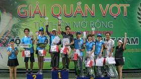 Các tay vợt có thứ hạng cao nhận giải.