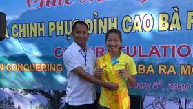 VĐV Nguyễn Thị Oanh trên bục nhận thưởng.