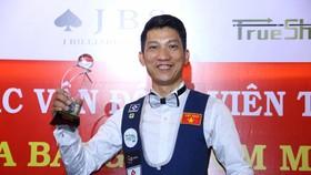 Cơ thủ Ngô Đình Nại với chiếc Cúp vô địch.