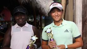 Tay vợt Ngọc Nhi (phải) nhận cúp vô địch.