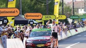 Tay đua Soren Kragh Andersen ăn mừng chiến thắng ở dích đến.