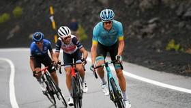 Vincenzo Nibali (giữa) và Jakob Fuglsang (phải) ở đoạn leo dốc của Giro d'Italia.