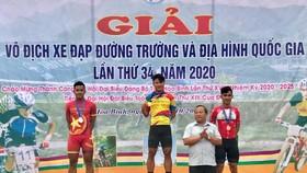 Tay đua Trần Tuấn Kiệt trên bục nhận thưởng.